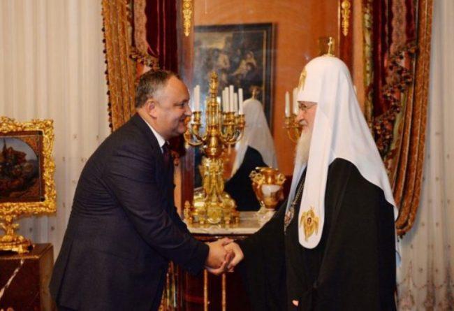 """""""L-am asigurat pe Patriarhul Chiril că poporul Moldovei va păstra mereu credinţa părinţilor şi devotamentul faţă de Biserica Ortodoxă"""", a scris Dodon pe blogul său."""