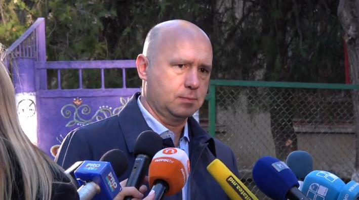 Pavel Filip face declarații de presă la ieșirea din secția de vot FOTO captură privesc.eu