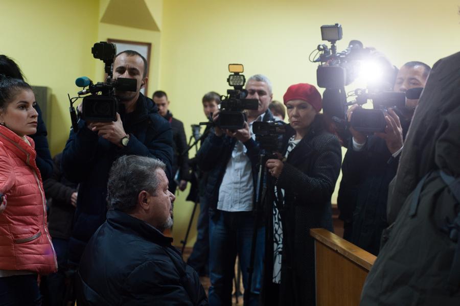 Stanislav Florea, înconjurat de presa prezentă în sala de judecată FOTO: Sandu Tarlev