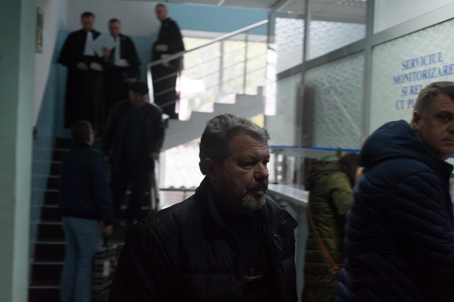 Stanislav Florea, medicul învinuit de viol, se îndreaptă spre sala de judecată FOTO: Sandu Tarlev