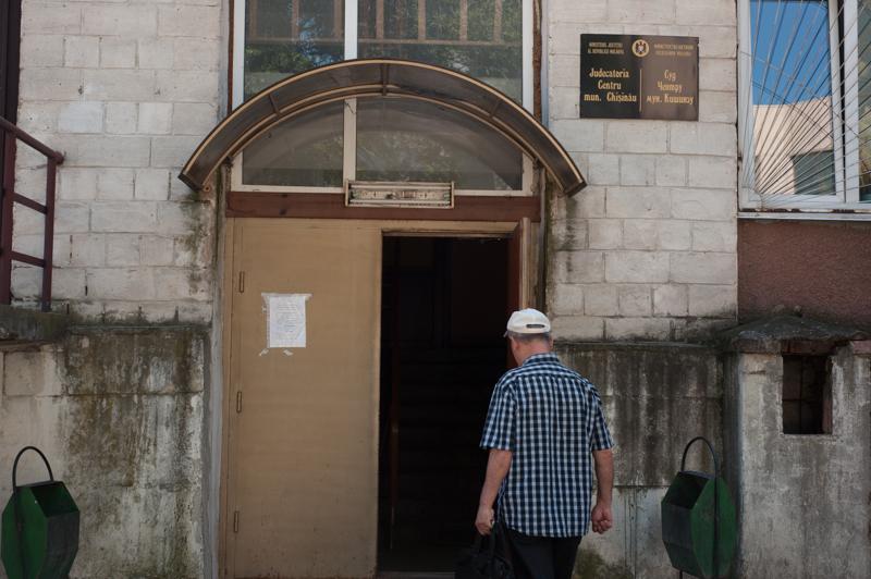 Intrarea în Judecătoria Centru din Chișinău FOTO: Sandu Tarlev