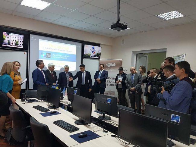 Directorul general al CTS, Serghei Popovici, arată cu mâna calculatorul central din Laborator