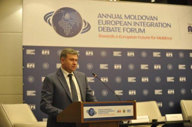 """Victor Chirilă a moderat panelul """"Reglementarea transnistreană și integrarea europeană - riscuri și oportunități"""" din cadrul ediției a IV-a a Forumului Anual European de la Chișinău FOTO profil Facebook"""