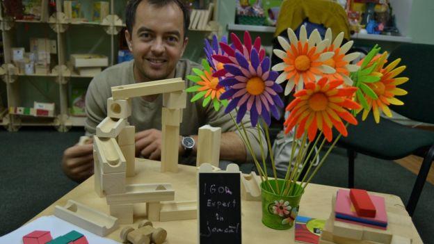 Igor Hîncu creează jucării din lemn. Sursa foto