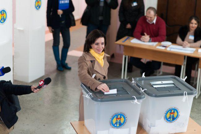 Maia Sandu introduce buletinul în urna de vot la secția de votare nr. 1/84 de la Buiucani FOTO: Sandu Tarlev