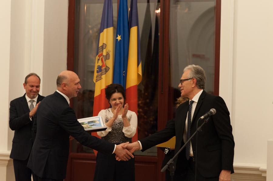 Premierul Pavel Filip îi înmânează o diplomă de recunoștință directorului muzeului, Tudor Zbârnea. FOTO: Sandu Tarlev