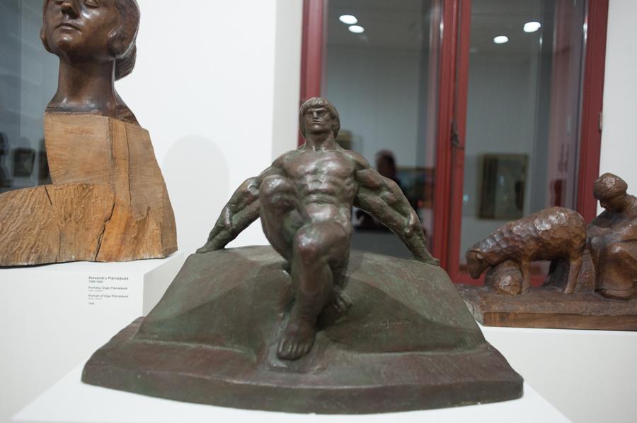 Sculptură expusă la Muzeul de Artă. FOTO: Sandu Tarlev