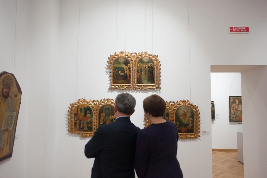 Vizitatorii au urmărit cu atenție exponatele. FOTO: Sandu Tarlev