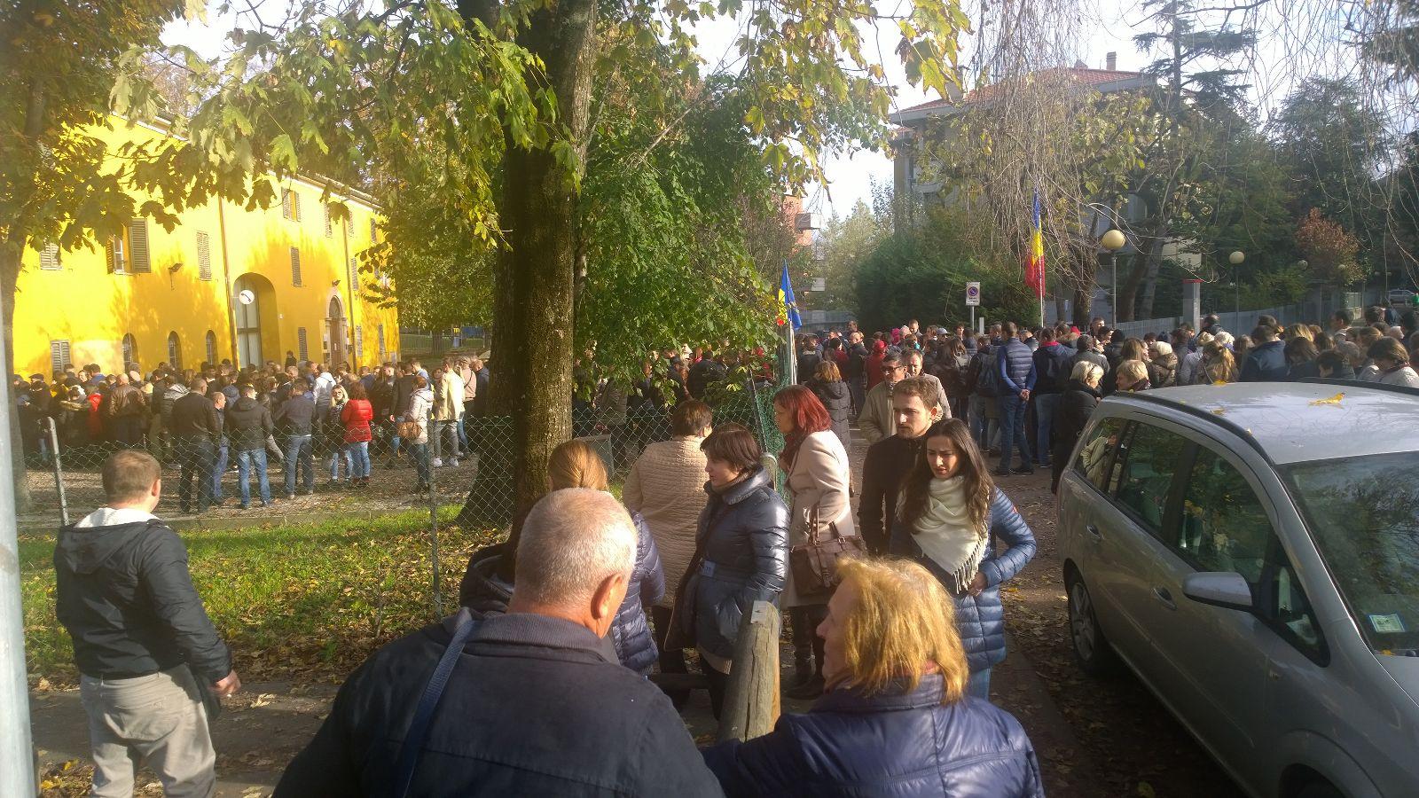 Aproximativ 500 de moldoveni se află în fața în fața secției de votare din Parma. FOTO: Alexandru Strâmbeanu