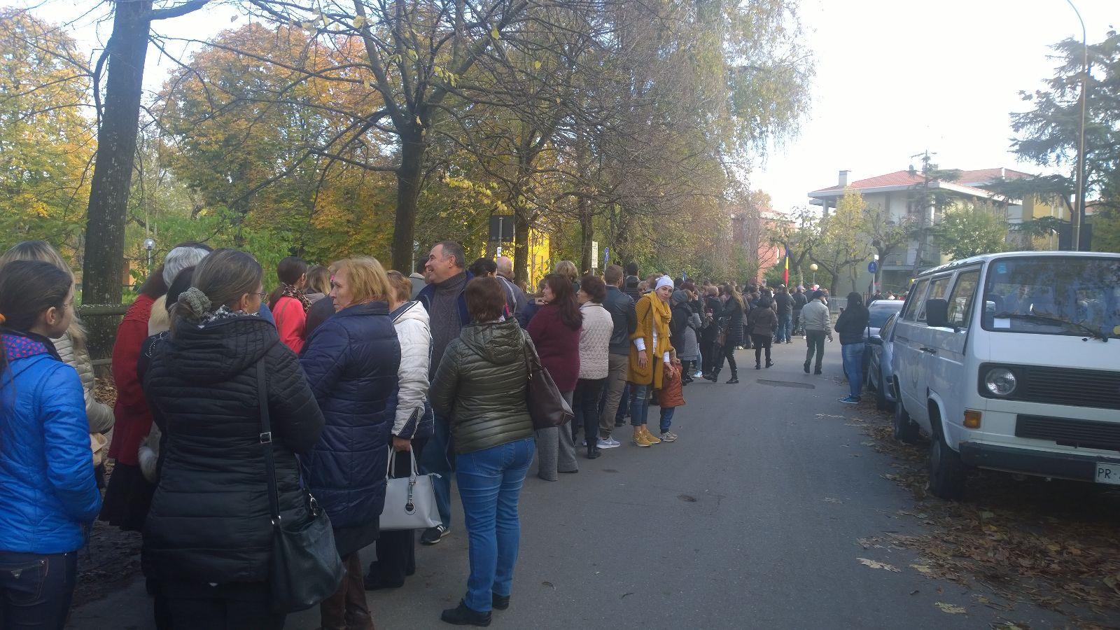 Sute de moldoveni din Parma nu vor putea vota pentru că s-au terminat buletinele de vot. FOTO: Alexandru Strâmbeanu