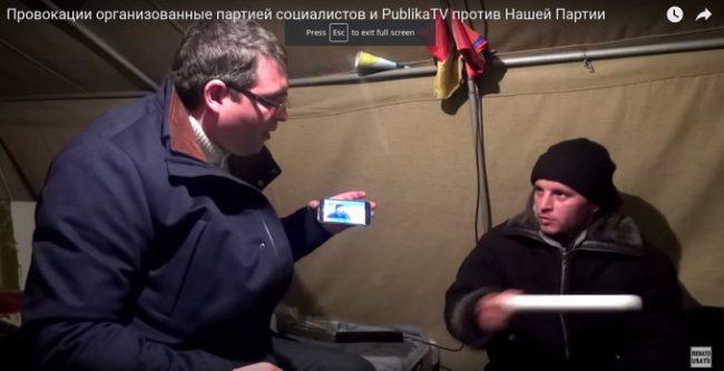 """Renato Usatîi îl """"interoghează"""" pe protestarul din Basarească în cortul protestatrilor. Sursa screentshot din video"""
