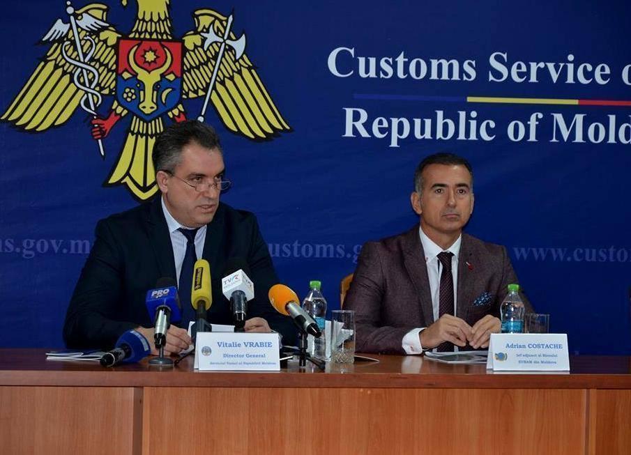 Diretorul Serviciului Vamal, Vitalie Vrabie (stânga), spune că nu va tolera corupția la posturile vamale. FOTO customs.gov.md