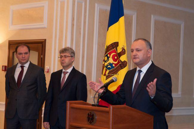 Igor Dodon își prezintă echipa consilierilor. În plan secund: Ion Ceban și Ruslan Flocea FOTO Sandu Tarlev