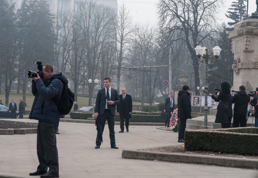 Igor Dodon, lângă monumentul lui Ștefan cel Mare FOTO: Sandu Tarlev