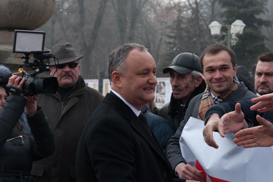 Igog Dodon salută susținătorii veniți lângă monumentul lui Ștefan cel Mare FOTO: Sandu Tarlev