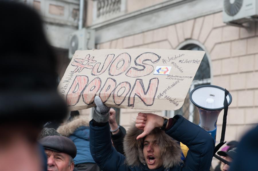 """Unionoștii de la """"Tinerii Moldovei"""" protestează vizavi de monumentul lui Ștefan cel Mare, chiar lângă susținătorii socialiști FOTO: Sandu Tarlev"""