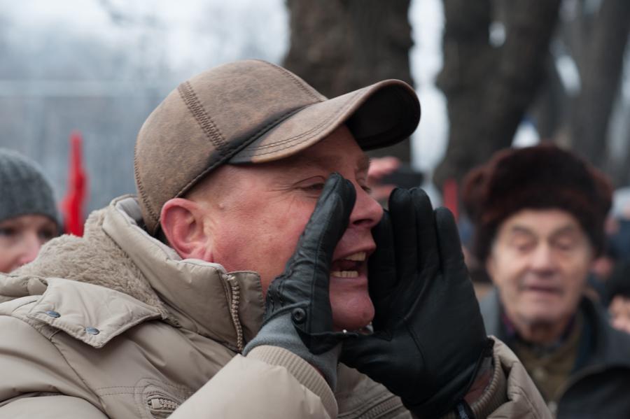 Un susținător al PSRM strigă la unioniștii care protestează împotriva lui Dodon FOTO: Sandu Tarlev
