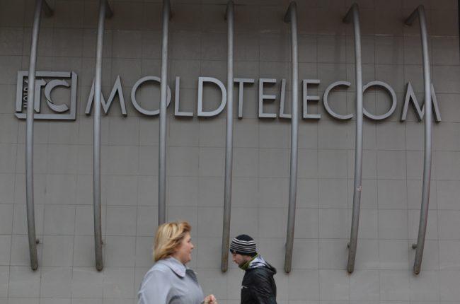 Lângă sediul central Moldtelecom FOTO: Sandu Tarlev