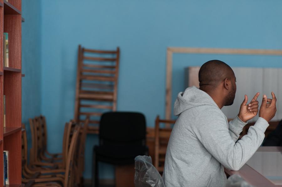 Williams discută cu reporterul moldNova, în biblioteca de la Penitenciarul nr.4 – Cricova FOTO: Sandu Tarlev