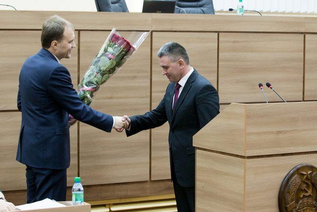 Șevciuk îl felicită pe Krasnoselski cu ocazia alegerii sale în funcția de președinte al sovietului suprem de la Tiraspol. 23 decembrie 2015 Sursa foto