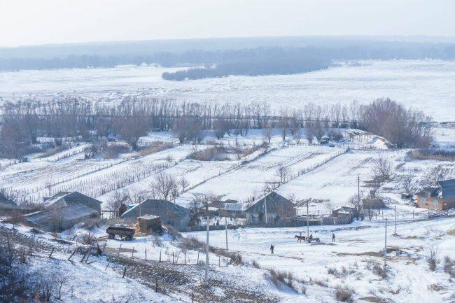 Satul Slobozia Mare, în plan se vede lacul Beleu înghețat. FOTO: Victor Pictor