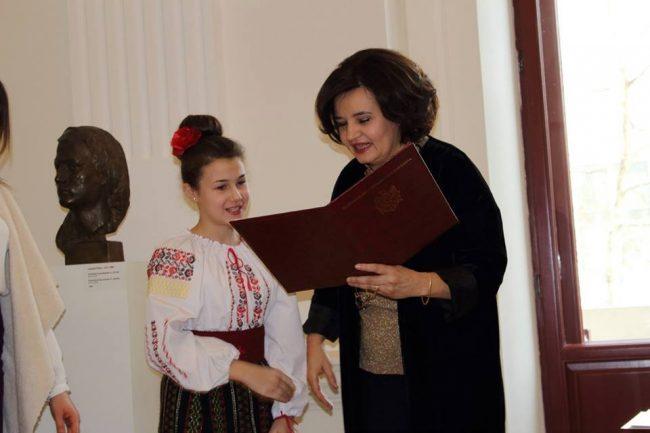 Ministrul Culturii, Monica Babuc, decernează diplome în cadrul Galei Festivalului național al tinerelor talente. FOTO mc.gov.md