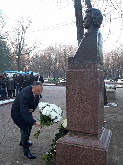Igor Dodon depunde flori la bustul lui Mihai Eminescu. FOTO: Facebook