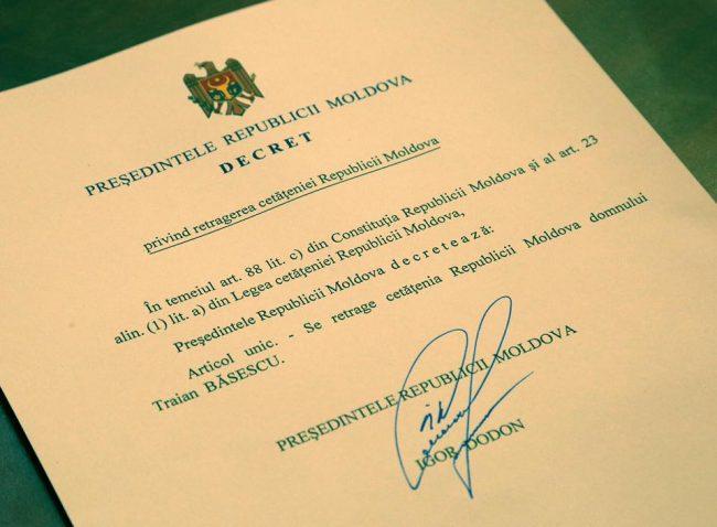 Decretul privind retragerea cetățeniei Republicii Moldova lui Traian Băsescu, semnat de Igor Dodon FOTO profil Facebook