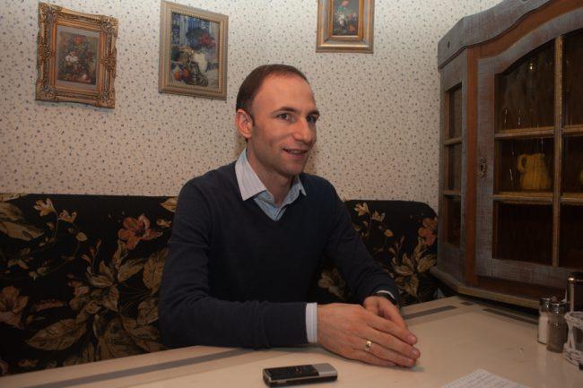 Interpretul Ion Paladi oferă un interviu pentru moldNova FOTO: Sandu Tarlev