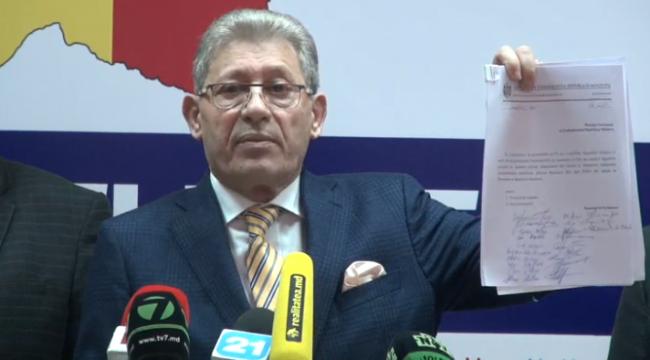 Liderul PD, Mihai Ghimpu, prezintă proiectul de hotărâre de Parlament privind inițierea procedurii de demitere a lui Igor Dodon FOTO captură video