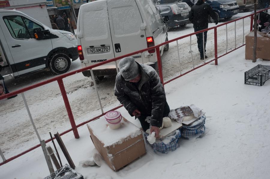 Vânzător ambulant de brânzeturi FOTO: Sandu Tarlev