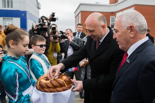 Pavel Filip, întâlnit cu pâine și sare în satul Avdarma din Găgăuzia, 4 martie 2016 FOTO gov.md