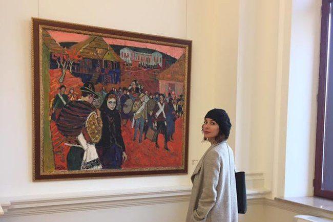 Admirând lucrările pictorului Mihai Grecu la Muzeul Național de Artă al Moldovei. FOTO: Arina Crețu
