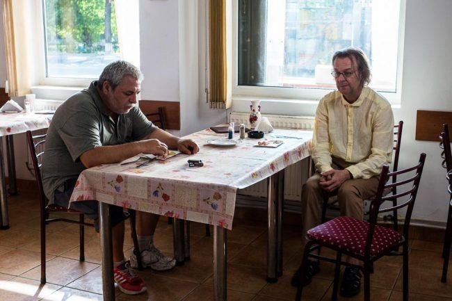 La prânz după ce au adunat bani pe stradă. FOTO: facebook.com/Afacerea Est