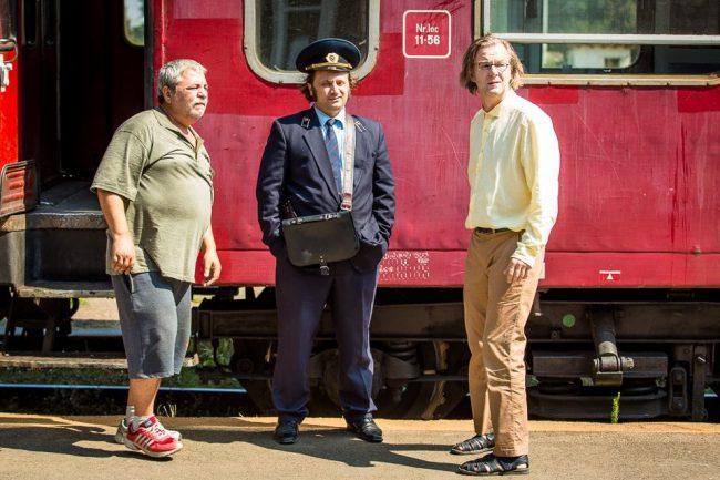 Actorii principali împreună cu polițistul. FOTO: facebook.com/Afacerea Est